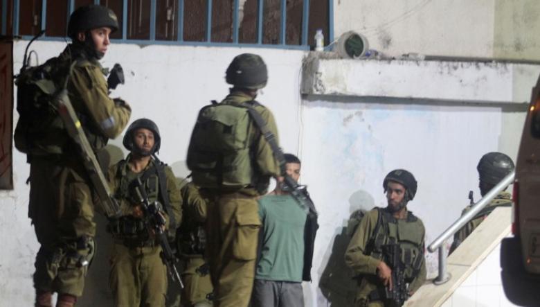 الاحتلال يعتدي بالضرب على 6 فتية أثناء الاعتقال والتحقيق
