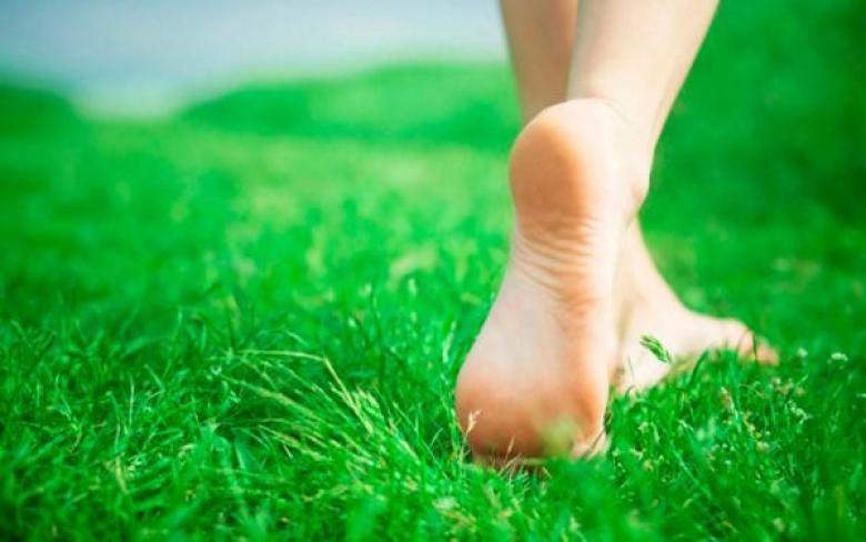 المشي حافياً مفيد لصحة القدم