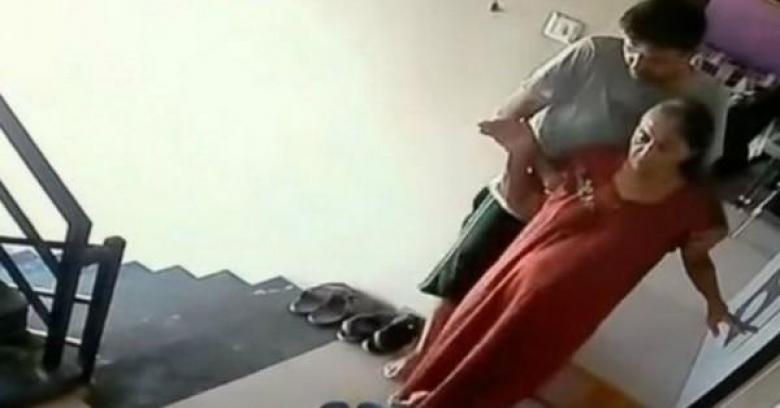 بروفيسور هندي يلقي والدته من الشرفة