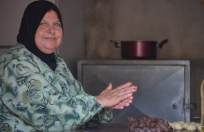 فلسطينيات يعددن الكعك استعدادا لعيد الأضحى