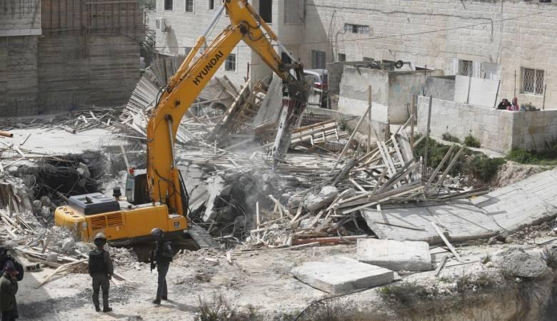 جرافات الاحتلال تهدم منشآت تجارية في جبل المكبر بالقدس
