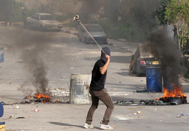 الاحتلال يعتقل طفلا ويصيب آخر على مدخل نعلين