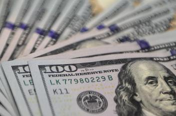 الدولار قرب أعلى سعر في 9 أشهر