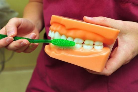 غسول للفم يمنحك رائحة منعشة وأسنانا بيضاء