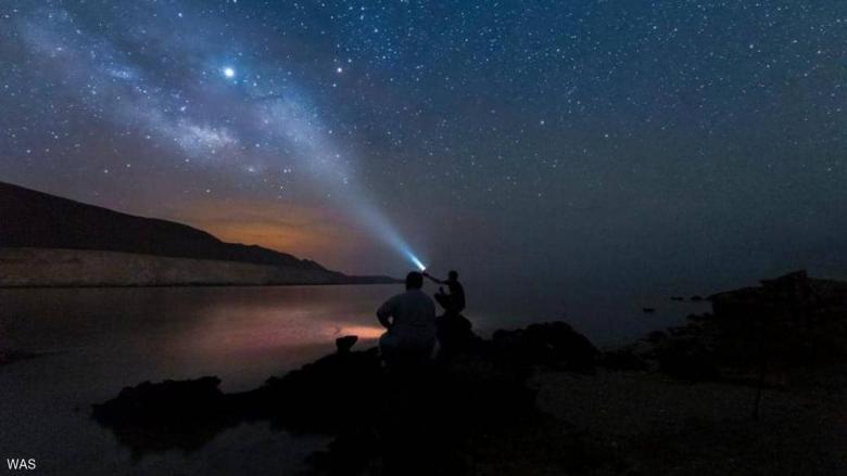 المجرة فوق قمة جبال رال في السعودية
