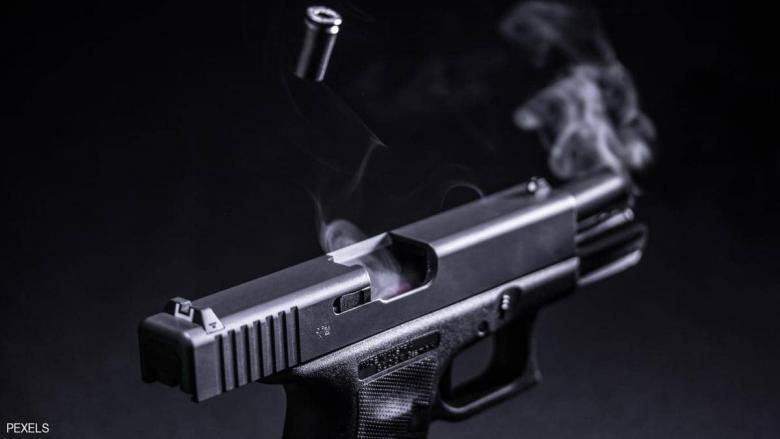 اتصل بالخطأ... فضبطت الشرطة 100 قطعة سلاح في منزله