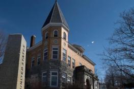 قصة عجيبة لمكتبة نصفها في أمريكا والآخر في كندا