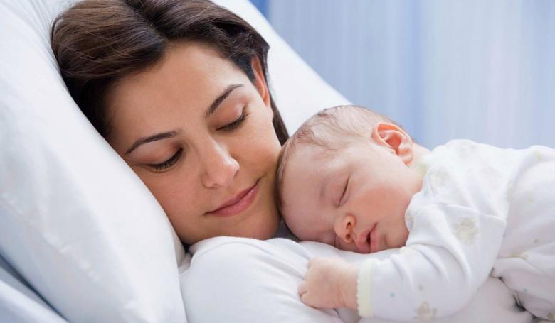 الطفل في الشهر الأول يبكي طلباً للمساعدة ويهدأ بحمله