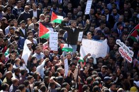 """صحيفة بريطانية: استياء فلسطيني من """"مافيا"""" عباس"""