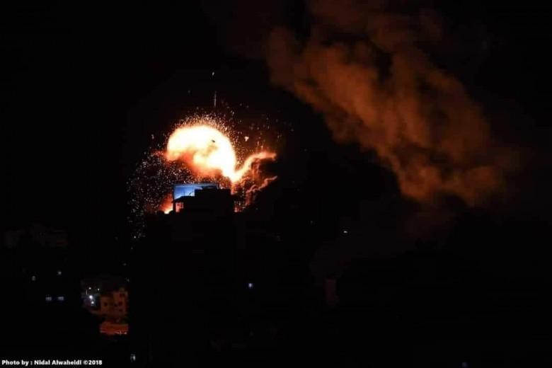 طائرات الاحتلال تستهدف المتظاهرين شرق غزة
