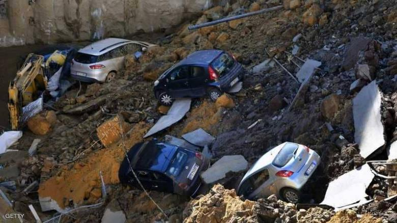 حفرة تبتلع 6 سيارات في شارع سكني