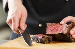 لخلاف على البصل.. رئيس طهاة يقطع نادلا بسكين اللحم