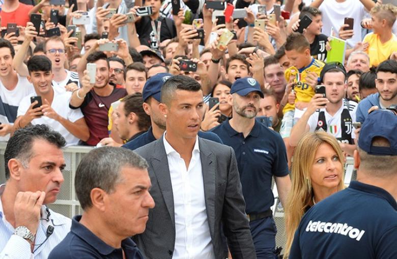 رونالدو.. نجم يوفنتوس الجديد يدخل تورينو