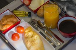 لماذا لا يكون الطعام لذيذاً على متن الطائرة؟