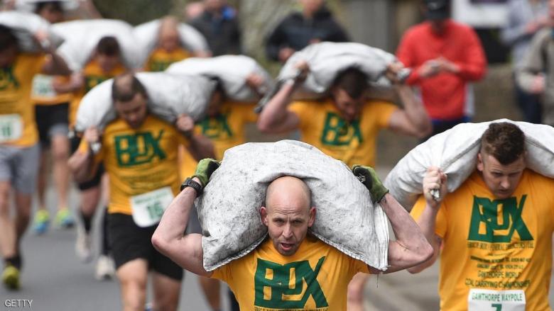 حمل الفحم .. بطولة رياضية في بريطانيا