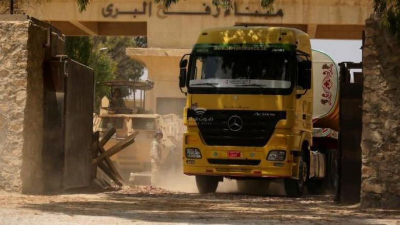 إدخال 700 شاحنة الى غزة محملة بالوقود ومواد البناء والبضائع