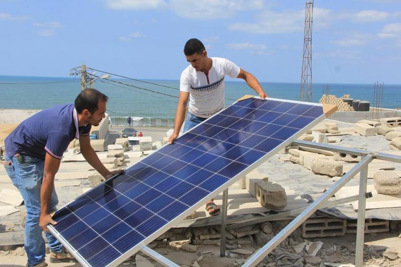 حماس في دير البلح تنفذ مشروع الطاقة الشمسية للأسر الفقيرة
