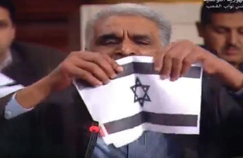 """نائب تونسي يمزق علم """"إسرائيل"""" داخل البرلمان"""