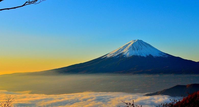 أرعب السائحين... بركان سترومبولي يبدأ ثورانه مجددا في إيطاليا