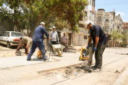 بلدية خانيونس تشرع بتنفيذ أعمال صيانة للشوارع الرئيسة بحي الأمل