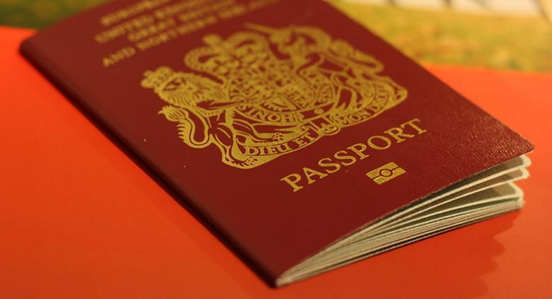 بريطانيا تعود لجوازات السفر الزرقاء الشهر المقبل