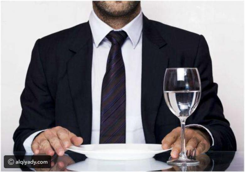 أضرار شرب الماء أثناء تناول الطعام: معلومات صادمة!