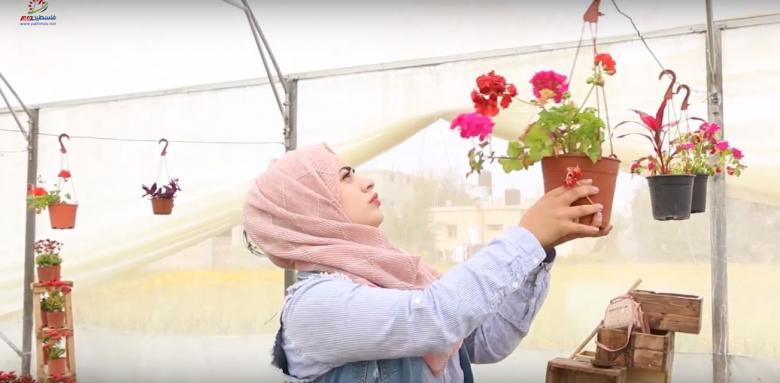 """البطالة بغزة تدفع """"مُمرضة"""" لإنشاء مشتل للورد"""