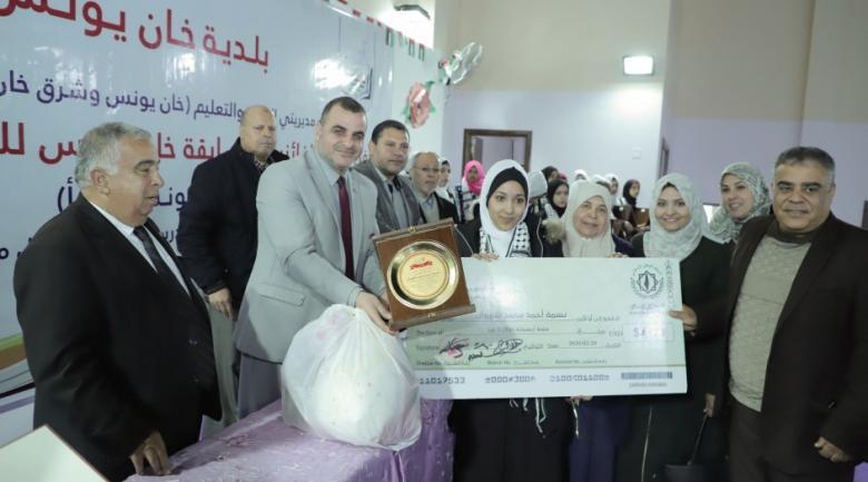 بلدية خانيونس تكرم الفائزين بمسابقتي القراءة والإرشاد المدرسي