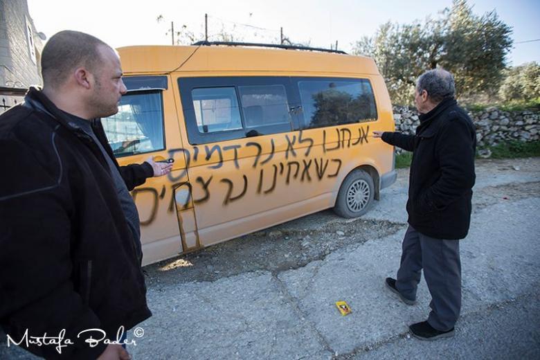 """عصابات """"تدفيع الثمن"""" تخط شعارات على مسجد ومركبات في بيت لحم"""