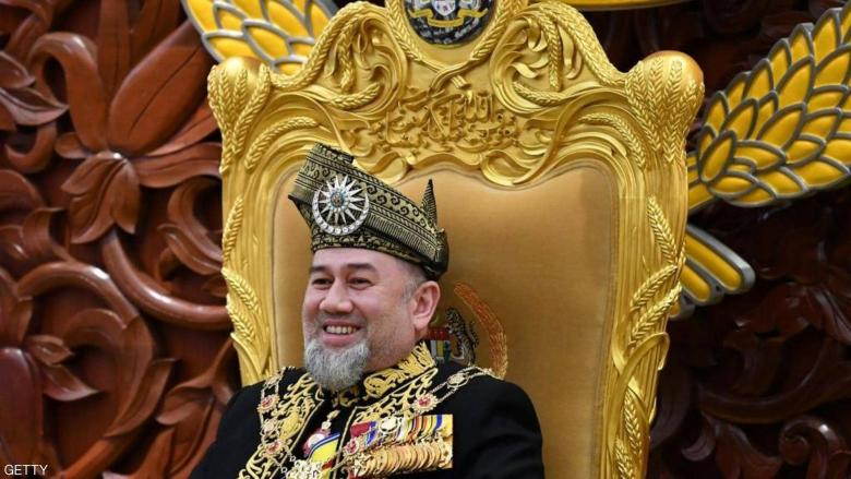 أوكسانا تطالب ملك ماليزيا السابق بتعويض طلاق فلكي