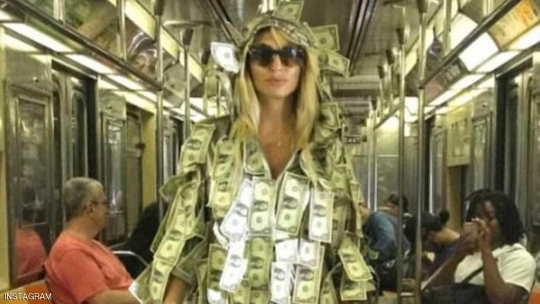 ارتدت ثوبا من الدولارات.. لمساعدة المحتاجين