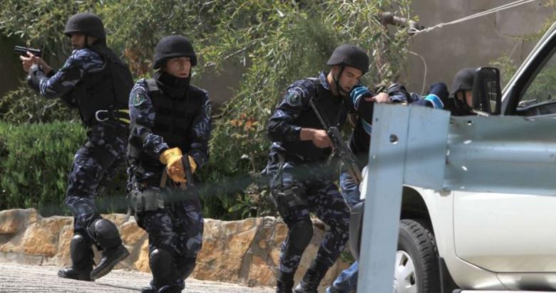 أجهزة السلطة في الضفة تعتقل مواطنين أحدهما طالب