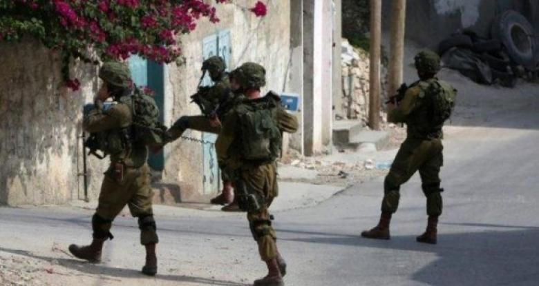 الاحتلال يزيل أعلام فلسطين من بلدة العيساوية