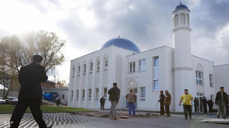 ألمان يزرعون الصلبان احتجاجا على بناء مسجد