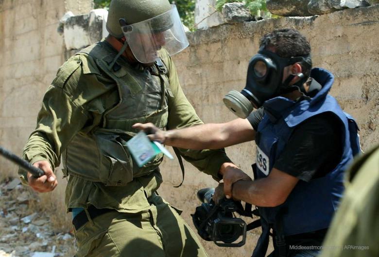 الاحتلال يحتجز طاقم تلفزيون فلسطين على حاجز قرب نابلس