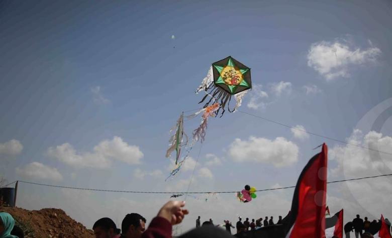 """الطائرات الورقية """"الحارقة"""" تحدث الرعب لجيش الاحتلال"""