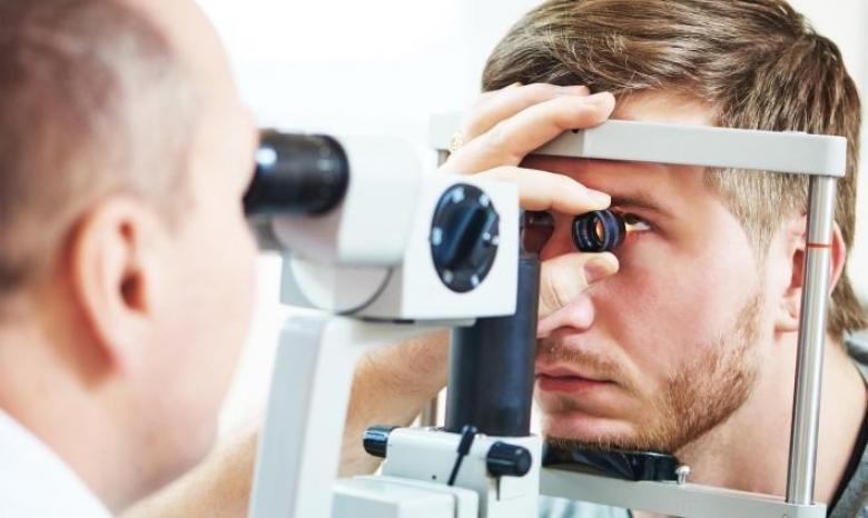 طبيب العيون: متى زيارته إلزامية للسائقين ؟