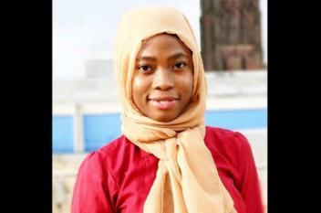 """شابة نيجيرية تطرح نماذج لـ""""باربي"""" محجبة"""