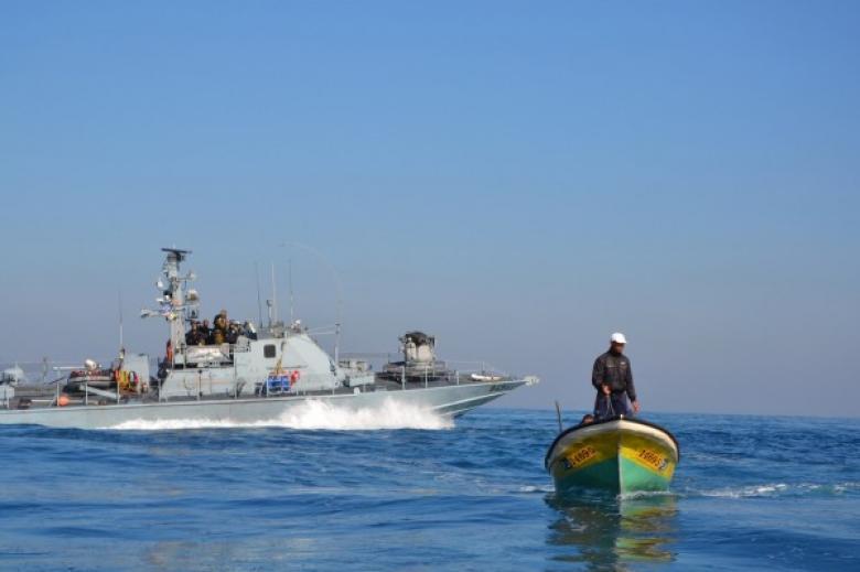 الاحتلال يصيب صيادًا في عرض بحر غزة