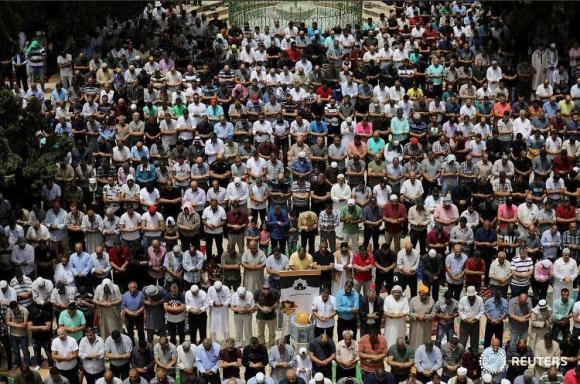 قرابة 200 ألف شدوا الرحال للصلاة في المسجد الأقصى اليوم