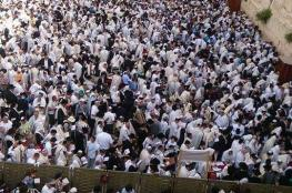 """عشرات آلاف اليهود يؤدون صلوات تلمودية عند حائط """"البراق"""""""