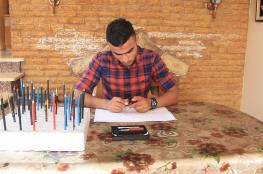 """شاب فلسطيني يحوِّل """"رؤوس أقلام الرصاص"""" للوحات فنية"""