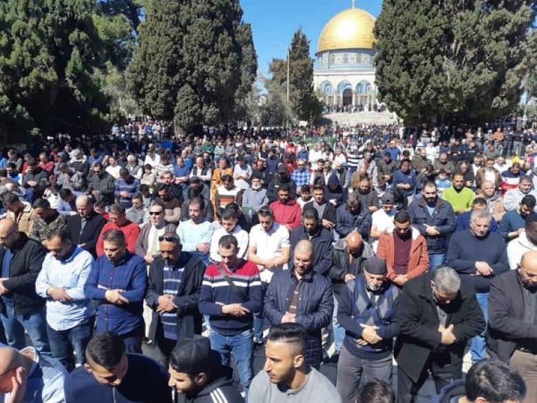 عشرات الآلاف يؤدون الجمعة في المسجد الأقصى