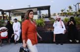وسم يُشعل مواقع التواصل بالسعودية بسبب امرأة تجولت في الرياض بدون عباءة