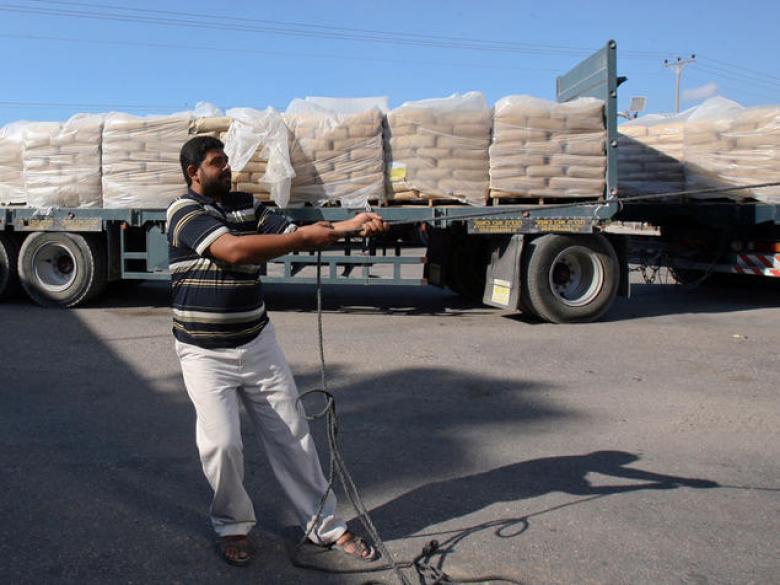 الاحتلال لا يزال يحتجز أكثر من 2000 شاحنة محملة بالبضائع