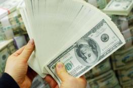 الدولار يحافظ على ارتفاعه بعد رأس السنة