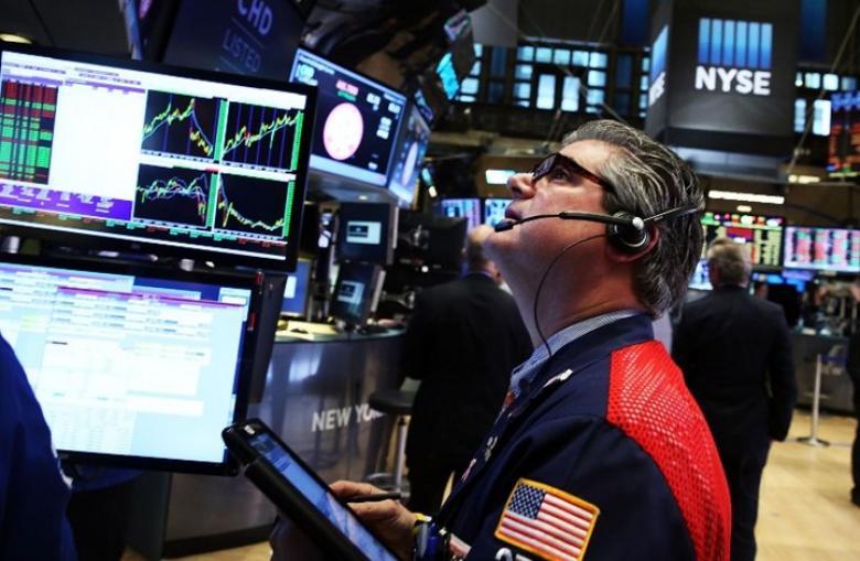 زيادة المخزونات الأمريكية تدفع أسعار النفط للتراجع 2 بالمئة