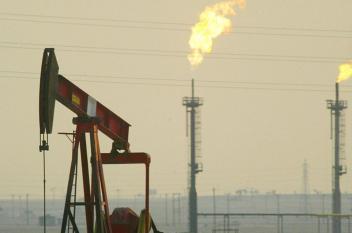 النفط ينخفض بفعل إغلاق خط أنابيب