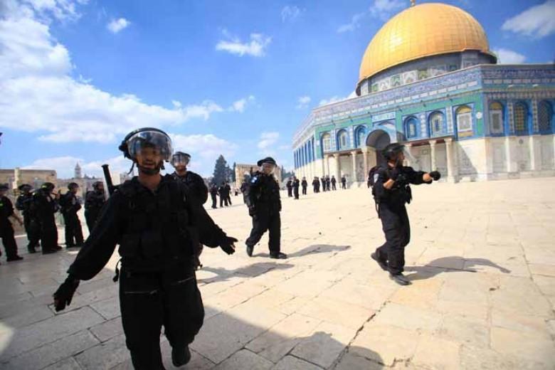 المصلون يتصدون لشرطة الاحتلال بالمسجد الأقصى