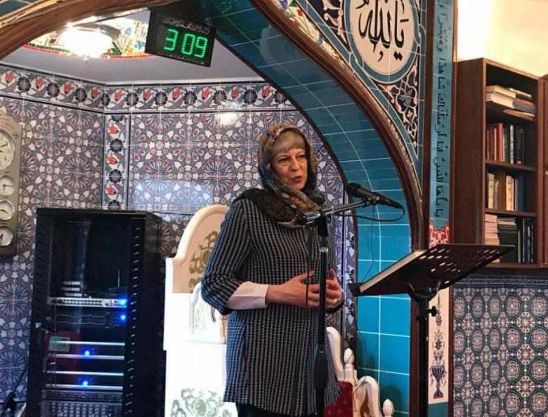 """تيريزا ماي ترتدي الحجاب وتؤكد أن الإسلام """"دين سلام"""""""